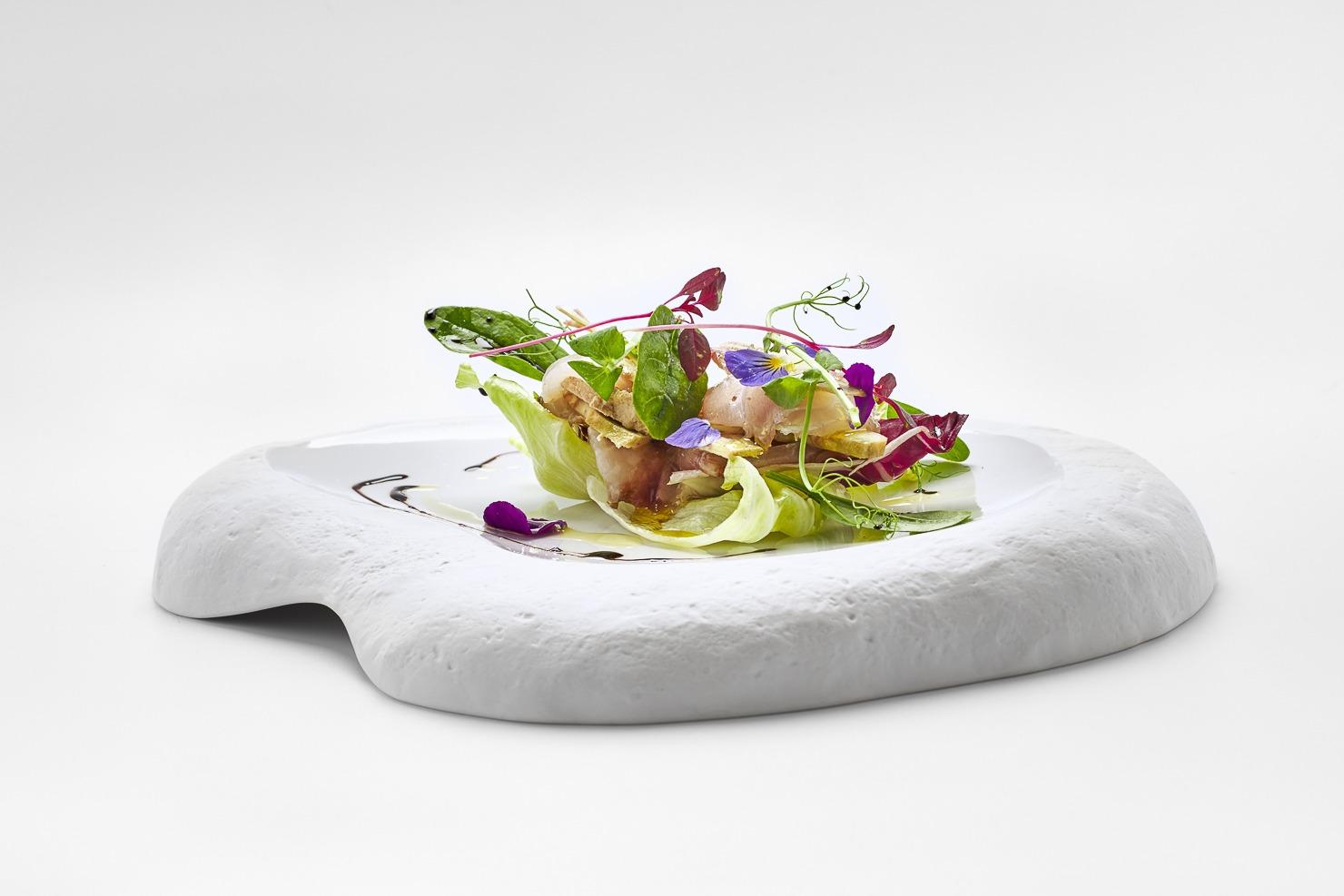 millefoglie-di-spigola-e-fois-gras-con-insalatina-di-carciofi-e-gelée-di-aceto-balsamico